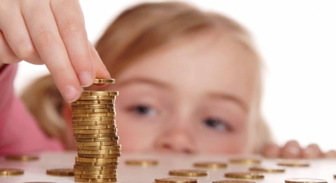 Ребёнок складывает монеты