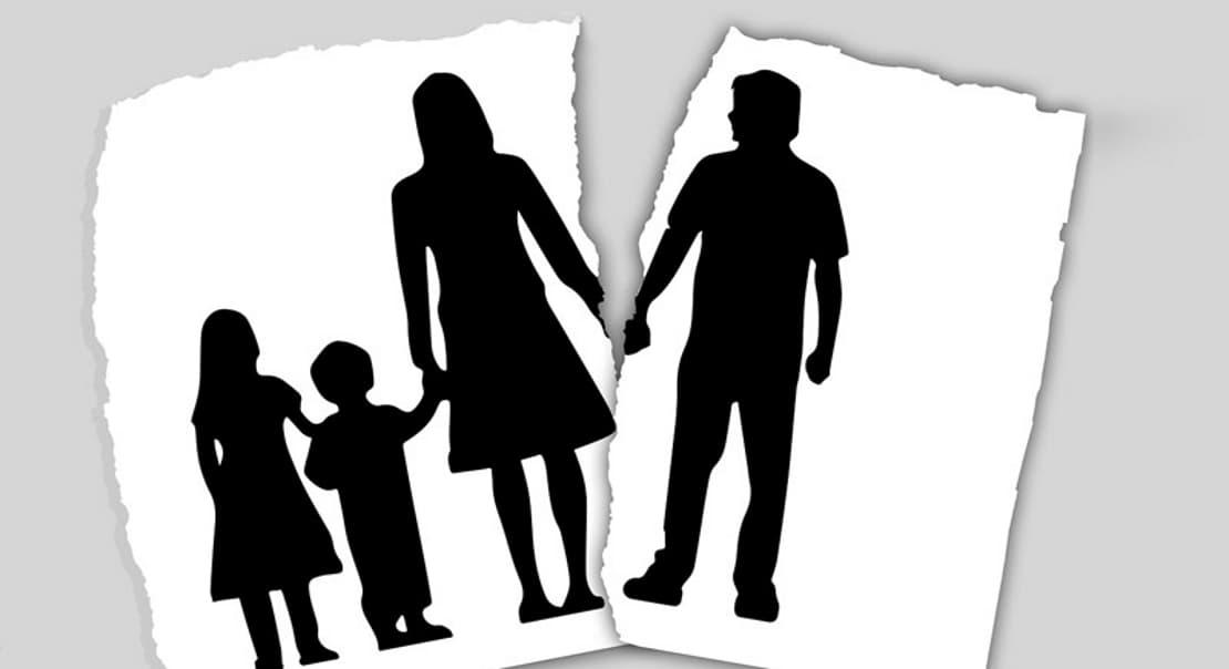Чёрно-белое изображение разбитой семьи