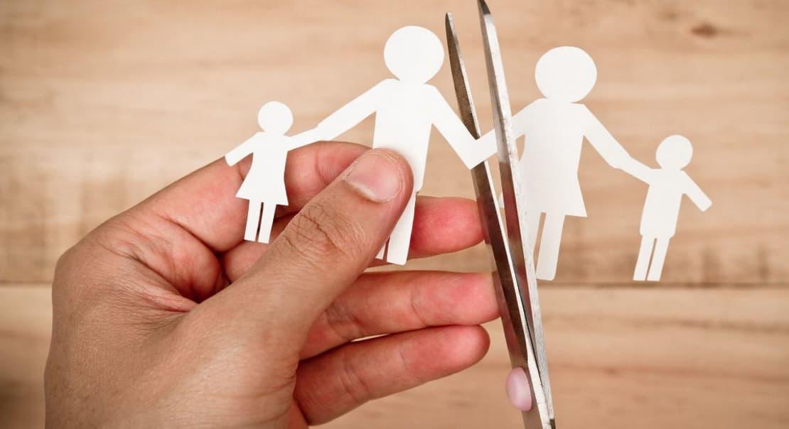 Фигурки людей из бумаги и ножницы